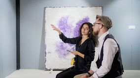 Dwa młodego konesera współczesna abstrakcjonistyczna sztuka gawędzą w galerii zdjęcie wideo