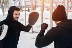 Dwa młodego męskiego dorosłego robi bokserskiemu treningowi zdjęcia royalty free