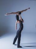 Dwa młodego nowożytnego baletniczego tancerza na błękitnym studiu obrazy stock