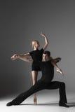 Dwa młodego nowożytnego baletniczego tancerza na szarym studiu zdjęcia stock