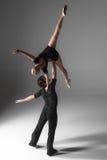 Dwa młodego nowożytnego baletniczego tancerza na szarym studiu fotografia stock