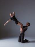 Dwa młodego nowożytnego baletniczego tancerza na szarym studiu obrazy stock
