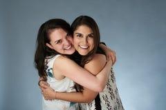 Dwa młodego uśmiechniętego dziewczyna przyjaciela zdjęcie royalty free