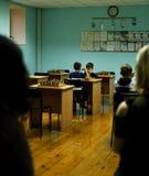 Dwa młodej chłopiec bawić się szachy Obraz Royalty Free