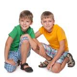 Dwa młodej chłopiec siedzą wpólnie Fotografia Royalty Free