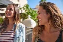 Dwa młodej dziewczyny śmia się i żartuje Fotografia Stock