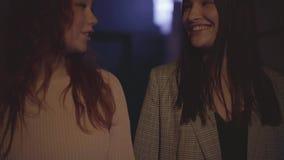 Dwa młodej dziewczyny chodzi wpólnie i śmia się z each inny swobodny ruch zdjęcie wideo