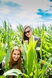 Dwa młodej dziewczyny chuje w zielonym polu uprawnym obrazy royalty free