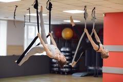 Dwa młodej dziewczyny latają joga i rozciągliwość w studiu Obrazy Stock