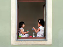 Dwa młodej dziewczyny ma jedzenie i rozmowę przy ulicznym karmowym festiwalem Drezdeńscy 27 07 2017 Zdjęcie Royalty Free