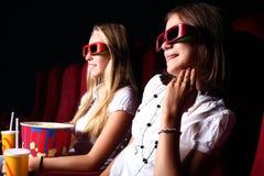 Dwa młodej dziewczyny ogląda w kinie Zdjęcia Royalty Free