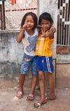 Dwa młodej dziewczyny pozuje outside w Siem Przeprowadzają żniwa Kambodża obraz royalty free
