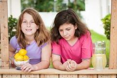 Dwa młodej dziewczyny sprzedaje lemoniadę Zdjęcie Royalty Free