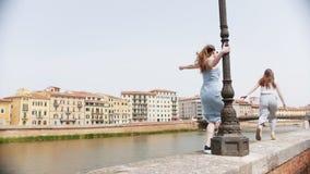 Dwa młodej kobiety biega dla each inny na krawędzi rzeki zbiory