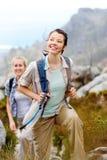 Dwa młodej kobiety idą na przygodzie Zdjęcie Stock