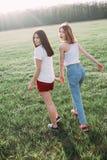 Dwa młodej kobiety ma zabawę outdoors Fotografia Royalty Free