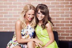 Dwa młodej kobiety piękny śmiać się Zdjęcie Stock