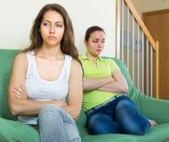 Dwa młodej kobiety po bełta w domu zdjęcia stock