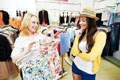 Dwa młodej kobiety przy odzież odzieżowym zakupy obrazy royalty free