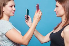 Dwa młodej kobiety robią fotografii eath inny fotografia stock