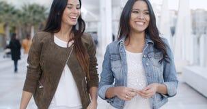 Dwa młodej kobiety spaceruje w dół deptaka Zdjęcie Royalty Free