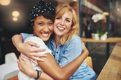 Dwa młodej kobiety szczęśliwy czule przytulenie obraz royalty free