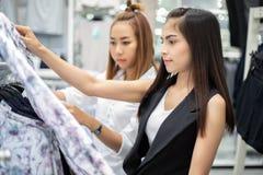 Dwa młodej kobiety uśmiechnięty azjata z zakupy i zakup przy centrum handlowym, supermarketem, rynkiem/ obrazy stock