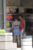 Dwa młodej kobiety wybierają bieliznę w sklep sprzedaży upale Zdjęcia Royalty Free