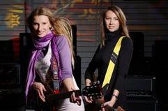 Dwa młodej kobiety z rockową gitarą Zdjęcie Royalty Free