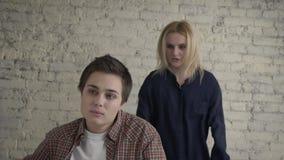 Dwa młodej lesbian dziewczyny kłócą się, źle zrozumieć, konflikt, skandal, żal, młoda rodzina, blondynka krzyczy przy ona zbiory