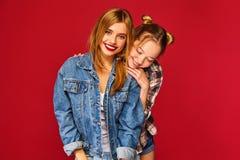 Dwa młodej pięknej blond uśmiechniętej modniś dziewczyny zdjęcia royalty free