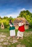 Dwa młodej ukraińskiej kobiety w krajowych kostiumach fotografia stock
