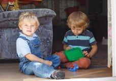 Dwa młodszego brata urocza chłopiec bawić się wpólnie salowego Obraz Stock
