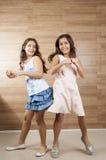 Dwa młodych dziewczyn bawić się Zdjęcia Royalty Free