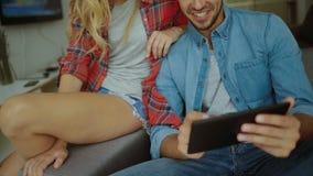 Dwa młodzi ludzie życzy podróżować w domu zbiory wideo