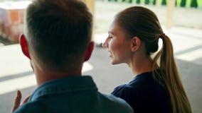 Dwa młodzi ludzie dyskutuje budowę dom zdjęcie wideo