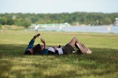 Dwa młodzi ludzie robić relaksują obraz royalty free