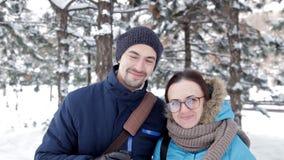 Dwa młodzi ludzie spotkania w romantycznej śnieżnej atmosferze w świeżym powietrzu, napój kawie i buziaku, zdjęcie wideo