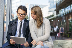 Dwa młodzi ludzie z cyfrową pastylką Zdjęcie Royalty Free