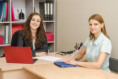 dwa młode kobiety biura Obrazy Royalty Free