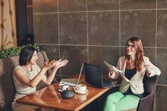 Dwa młodego caucasian bizneswomanu z laptopem, notatnik Kobiety w kawiarni Fotografia Royalty Free