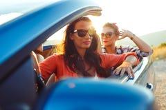 Dwa młodej dziewczyny jedzie kabriolet Zdjęcie Stock