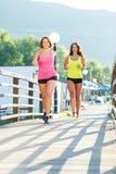 Dwa młodej dziewczyny jogging outdoors Obraz Stock