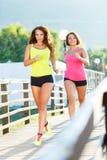 Dwa młodej dziewczyny jogging outdoors Fotografia Stock