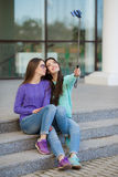 Dwa młodej kobiety bierze obrazki z twój smartphone Fotografia Royalty Free