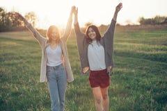 Dwa młodej kobiety chodzi na polu Zdjęcie Royalty Free