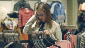 Dwa m?odej kobiety robi? zakupy przy sklepu wybiera? ciep?y odziewaj? zdjęcie wideo