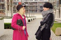 Dwa młodej kobiety rozmowy Fotografia Royalty Free