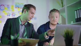 Dwa młodych pracowników praca nadgodzinowa zbiory wideo
