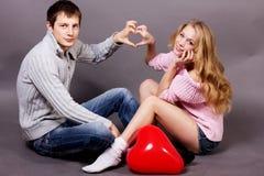 Dwa młodzi ludzie trzyma sercowatego balon Fotografia Royalty Free